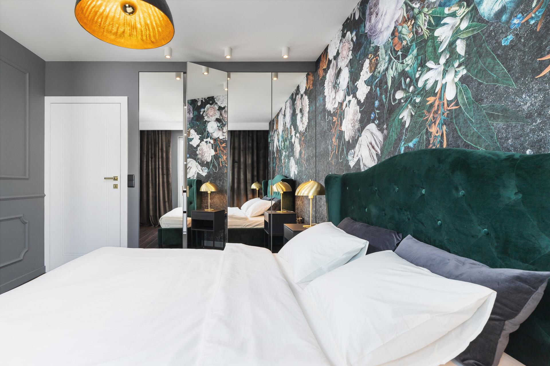 szafa z lustrami w sypialni tapierowane łóżko